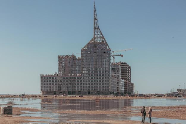 Пара смотрит на футуристическое строительство здания.