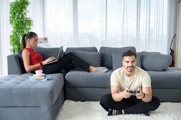 幸福と良い感情と一緒に家で働いているカップル