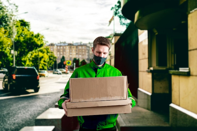 Курьер в городе несет грузовой ящик. доставить посылку