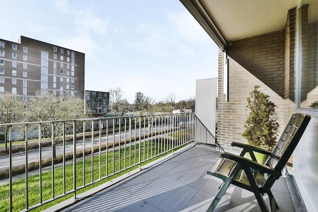 高級住宅の居心地の良い広々としたバルコニー Premium写真