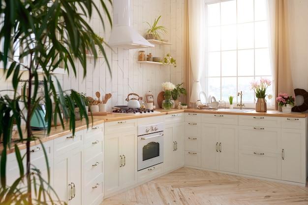 Уютный современный интерьер кухонной комнаты