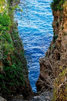 Трещина с видом на море