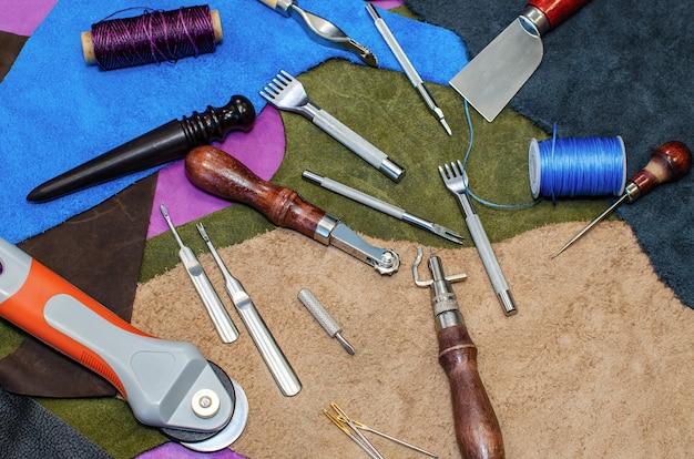 革を扱うためのクラフトツール。色付きの革パッチで展開。閉じる