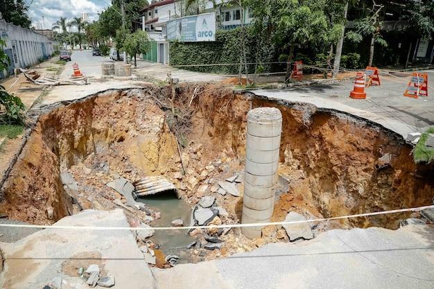 브라질 여름 폭우로 인해 거리에 분화구가 생겼습니다.