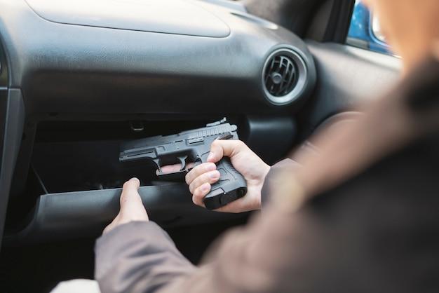 犯罪の概念、泥棒がピストルを取り、殺人を計画する