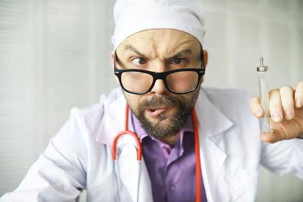 В кадр смотрит косоглазый бородатый мужчина. заболевание глаз. понятие сумасшедшего врача-специалиста. доктор сосед.