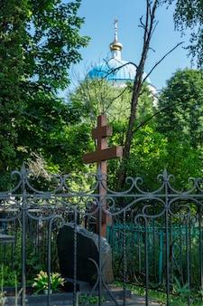 기독교 묘지의 새 무덤에 있는 십자가. 영원한 기억. 세로.