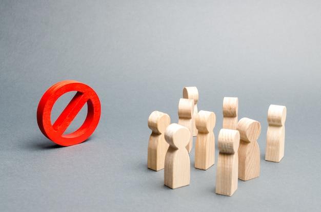 사람들의 군중은 빨간색 기호 no를 본다.