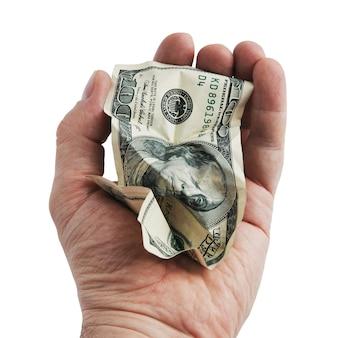그의 손에 구겨진 100 달러 지폐. 외딴