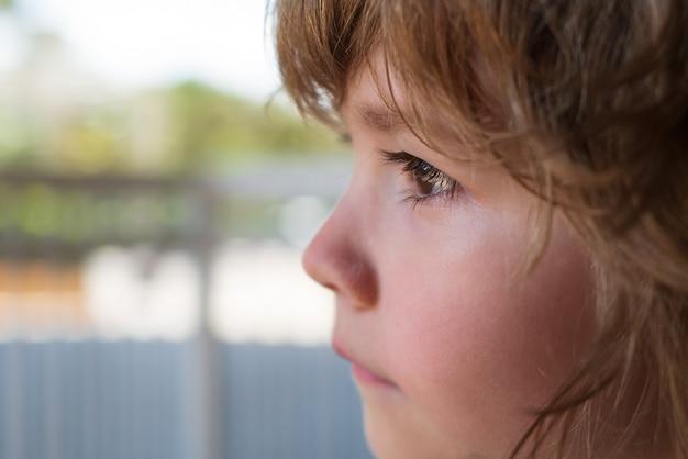 茶色の目で1歳のブルネットを泣いている泣いている小さな男の子の赤ちゃんヒステリーの危機...