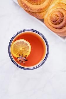 Чашка ароматного чая с лимоном, звездочкой аниса и домашней корицей