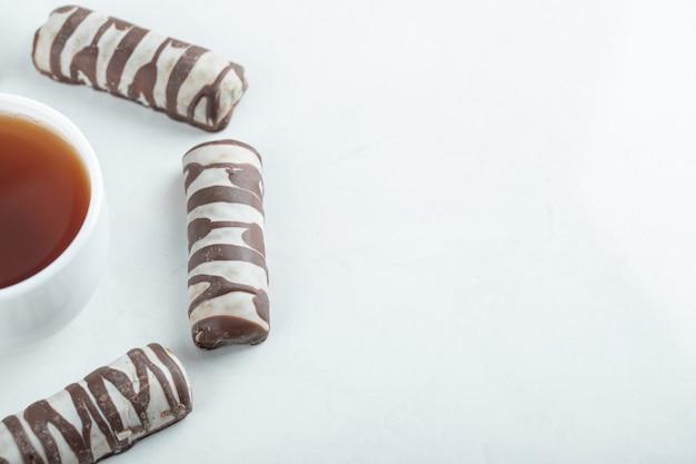 チョコレートバーとアロマティーのカップ。