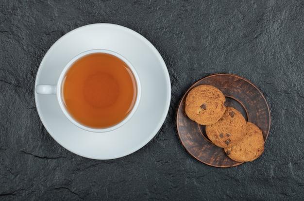 맛있는 쿠키와 함께 아로마 차 한잔.