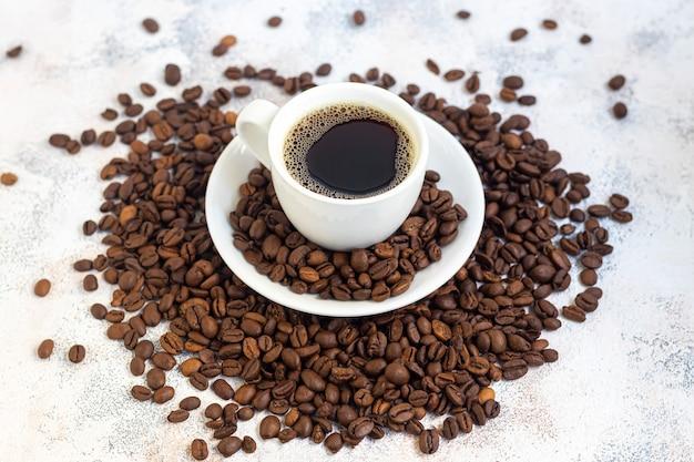 テーブルの上の芳香のコーヒーのカップ