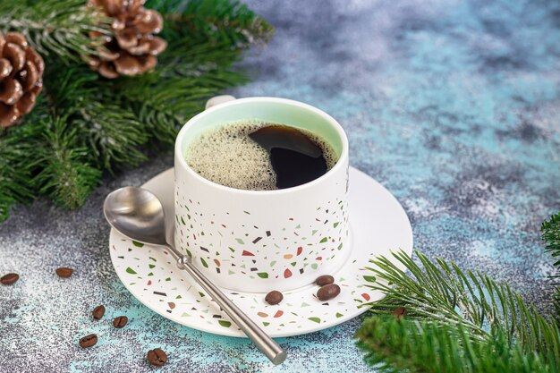 Чашка ароматного кофе на столе