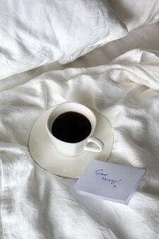 침대에서 블랙 커피 한잔