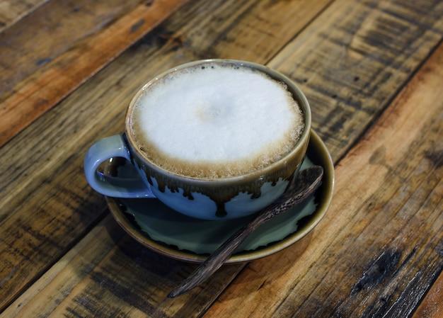 나무에 카푸치노 커피 한 잔