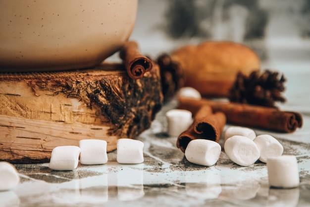 クリスマスの新年のおいしいホットチョコレートとマシュマロをまぶしたココアのカップ...