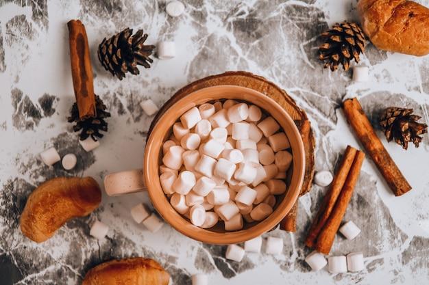 크리스마스 새해 맛있는 핫 초콜릿과 코코아를 뿌린 마시멜로와 코코아 한 잔...