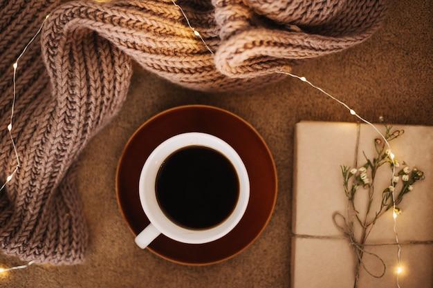 Чашка кофе и книга по концепции пледа для чтения и домашнего отдыха