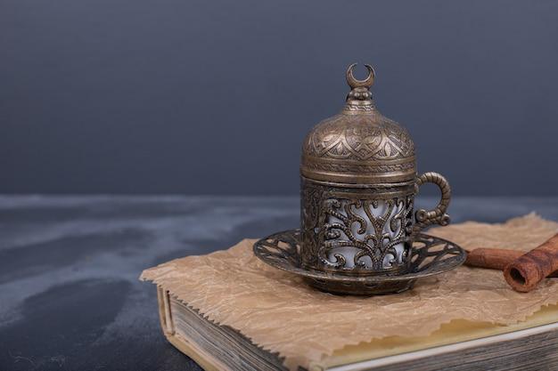 책 위에 커피와 계피 한잔.