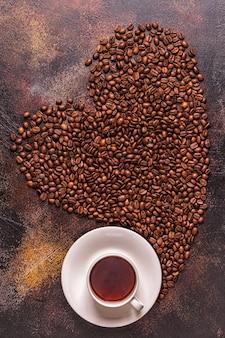 심장, 평면도의 형태로 부어 커피와 커피 콩 한잔