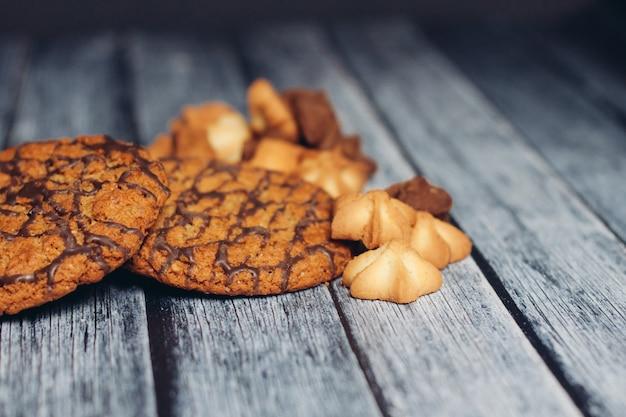 一杯のコーヒークッキースイーツ木製テーブルスナック。高品質の写真