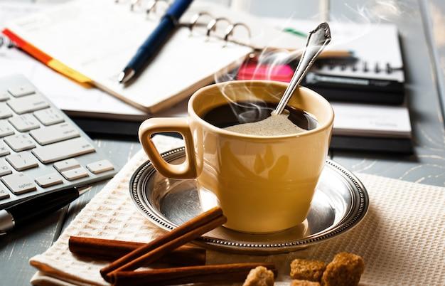 ビジネスのためのアイテムとオフィスでのコーヒーカップ。