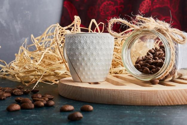 白い受け皿に一杯のコーヒー。
