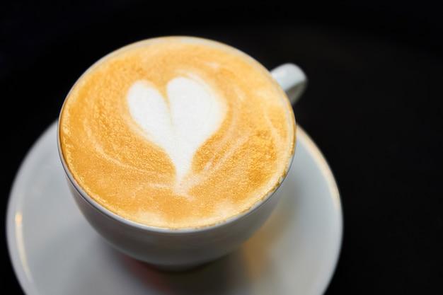 Чашка кофе. латте с сердечком в белой чашке.