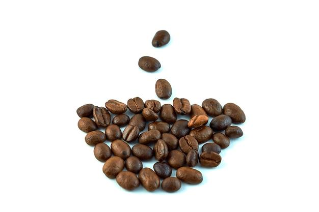 白で分離されたコーヒー豆で作られた一杯のコーヒー