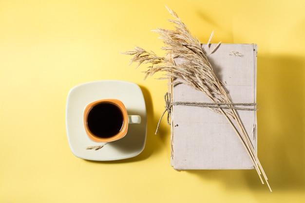 커피 한 잔, 낡은 책, 마른 옥수수 귀. 건강, 조화, 포용성. 평면도. 공간 복사