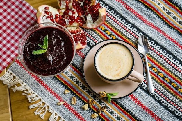 ベージュのマグカップの喫茶店のテーブルにコーヒー1杯