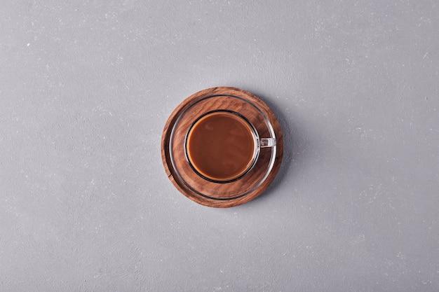 Чашка кофе на деревянном блюде.