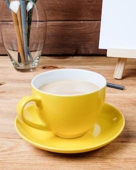 木製のテーブルの上にコーヒーを1杯。