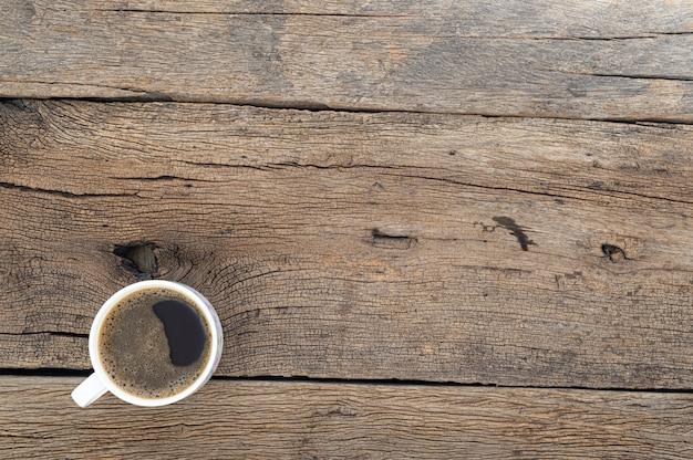 Чашка кофе на столе, вид сверху