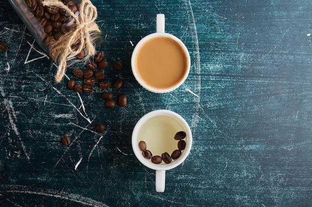 一杯のコーヒーともう一杯のホワイトコーヒー。