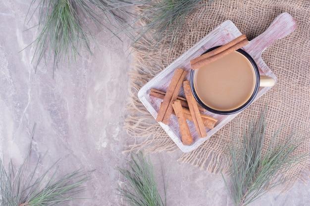 계피와 함께 커피 한잔 소박한 나무 보드에 스틱.