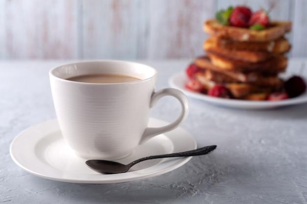 계피와 딸기 아침 식사와 함께 크림과 프렌치 토스트와 커피 한잔