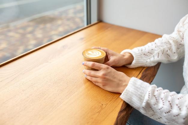 クリーム入りのコーヒー。ホットドリンク。グラスにラテ。自分の時間。ロマンチックな雰囲気の中でおいしいコーヒー。朝のコンセプトです。朝ごはん