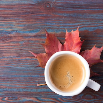 落ち葉のコーヒー1杯。コピースペース