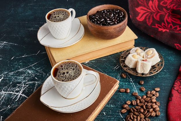 Чашка кофе с лукумом и шоколадом.