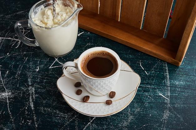 ホイップクリームとコーヒーのカップ。