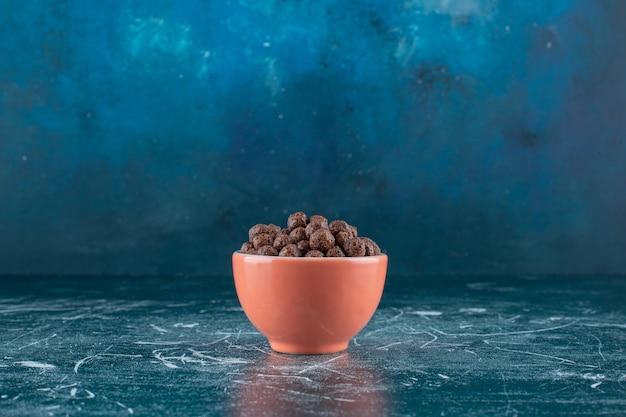 青い背景に、コーンボールのカップ。高品質の写真
