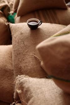 커피 창고에서 맛있고 신선한 볶은 커피 한잔 프리미엄 사진