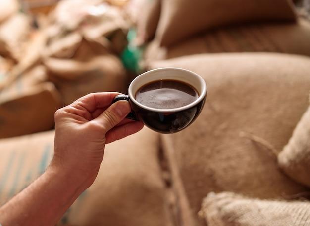 커피 창고에서 맛있고 신선한 볶은 커피 한잔