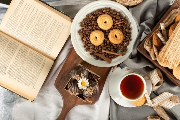 Чашка чая эрл грей с шоколадным печеньем. вид сверху
