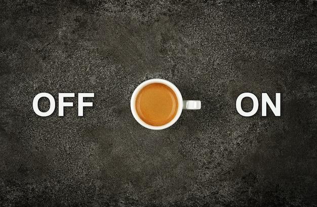 어두운 테이블에 에스프레소 커피 한잔