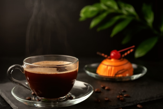 테이블에 맛있는 수제 케이크와 함께 향기로운 갓 판매되는 커피 한잔