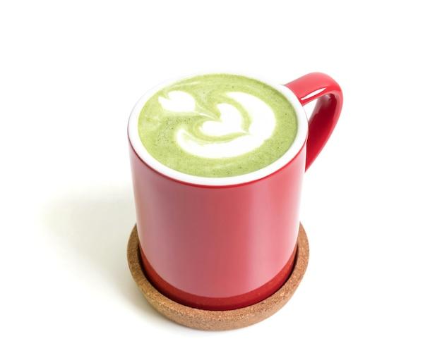 Чашка зеленого чая матча чай матча в красной чашке, изолированные на белом фоне.
